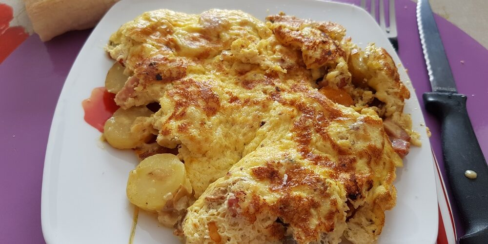 Omelette soufflée aux champignons, lardons et grenaille